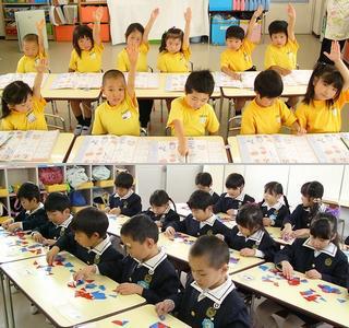 堯舜幼稚舎にて『カワチ式幼児教育法』のカリキュラムを行う園児の様子